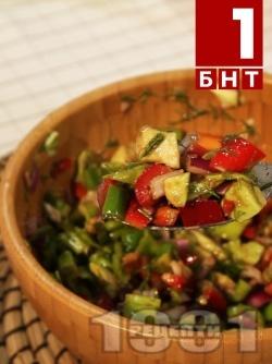 Хапка свежест - Салата от зелени и червени чушки, червен лук и авокадо - снимка на рецептата